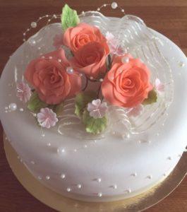 Bröllopstårta med rosa blommor